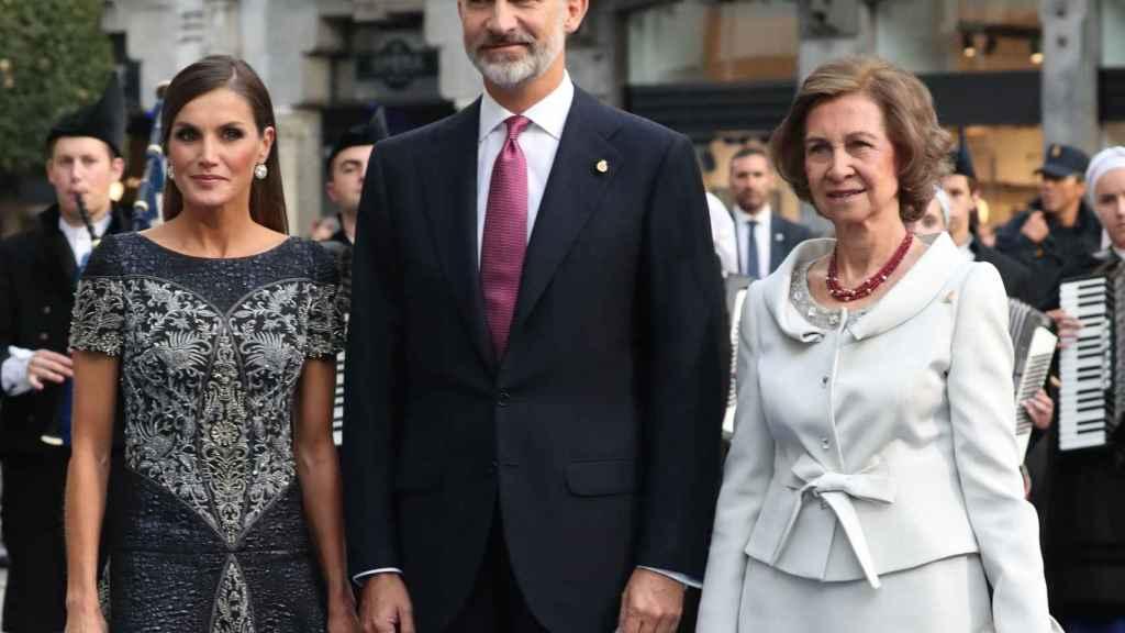 Los Reyes junto a la emérita Sofía en los Princesa de Asturias.