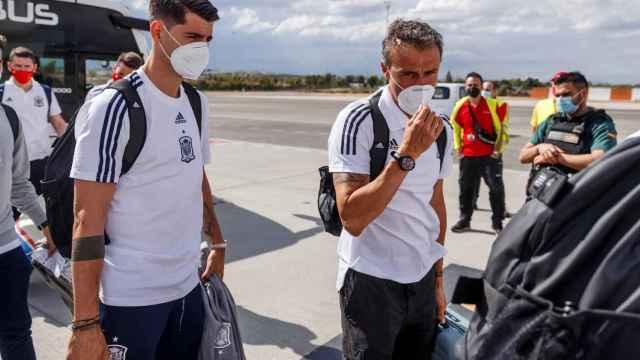 Álvaro Morata y Luis Enrique en el traslado de la Selección a Sevilla