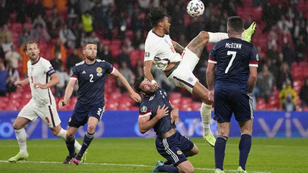Inglaterra y Escocia pelean un balón