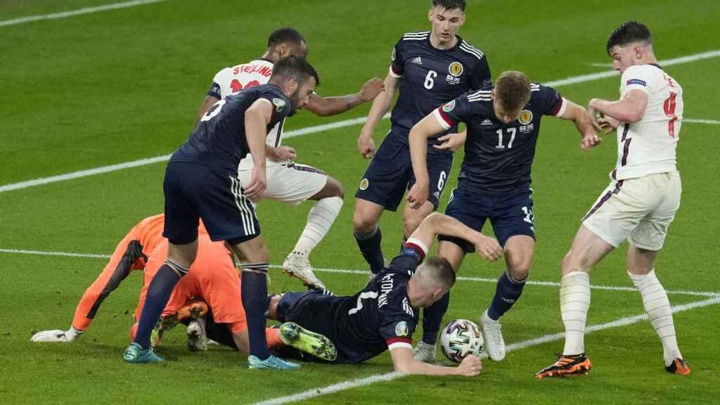 Inglaterra y Escocia pelean en la última jugada del partido en la Eurocopa