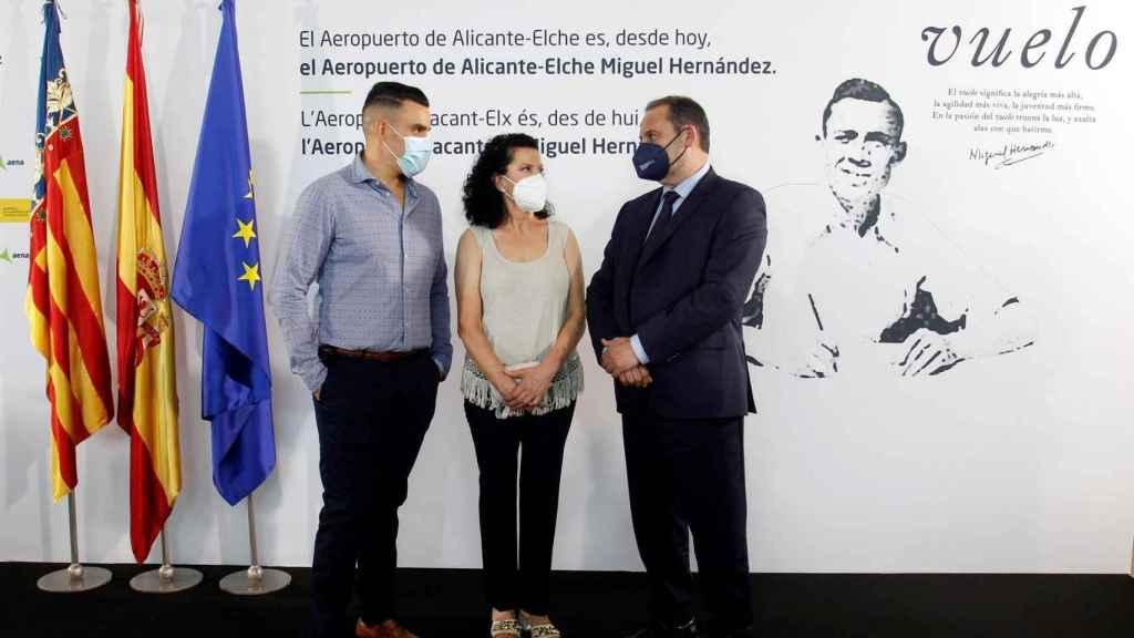 Ábalos, junto a la nuera y el nieto de Miguel Hernández, este viernes.