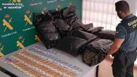 La incautación de la droga y el dinero por parte de la Guardia Civil.