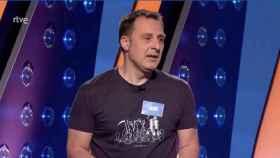 Un concursante de 'Saber y ganar' ha sido acusado de amenazar a la Corona por su camiseta.