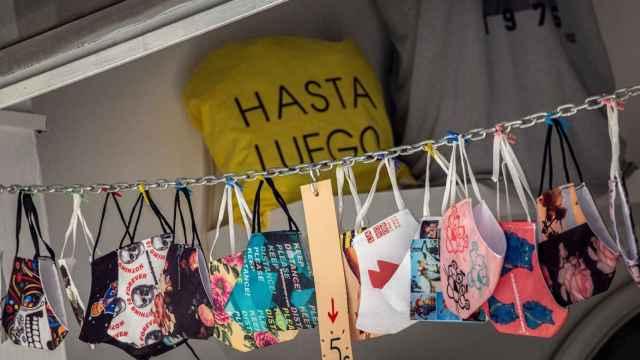 Varias mascarillas a la venta en una tienda del centro histórico de Valencia. EFE/Biel Aliño.