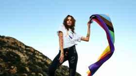 De Balenciaga a unas veraniegas abarcas, la moda se viste con el arcoíris