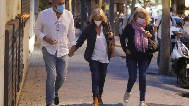 Manolo Santana con su mujer y su hermana Concha.