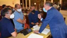 El alcalde de Albacete, Emilio Sáez, conversa con varias personas