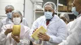 Paco Núñez y Ana Pastor en su visita este viernes a la fábrica de quesos Don Apolonio de la localidad ciudadrealeña de Malagón