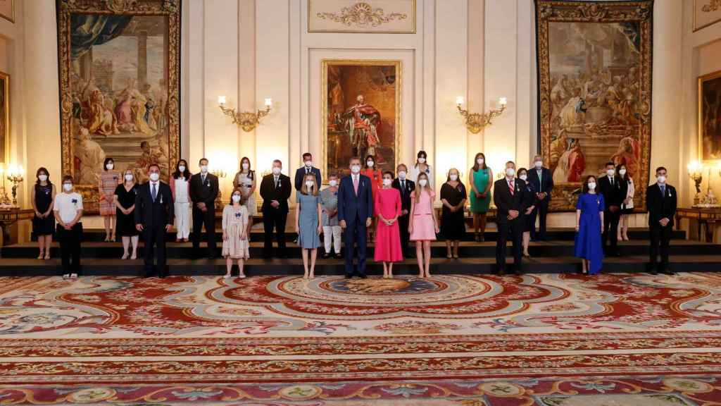 Los Reyes y sus hijas junto a los galardonados con las  condecoraciones de la Orden del Mérito Civil.
