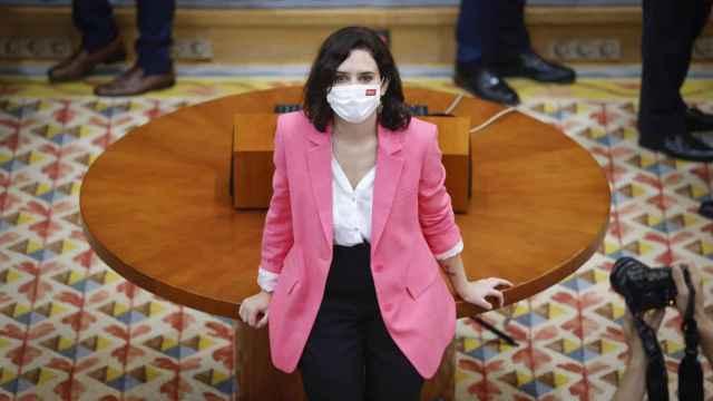 Isabel Díaz Ayuso posa tras ser investida presidenta de la Comunidad de Madrid con los votos a favor del PP y Vox.