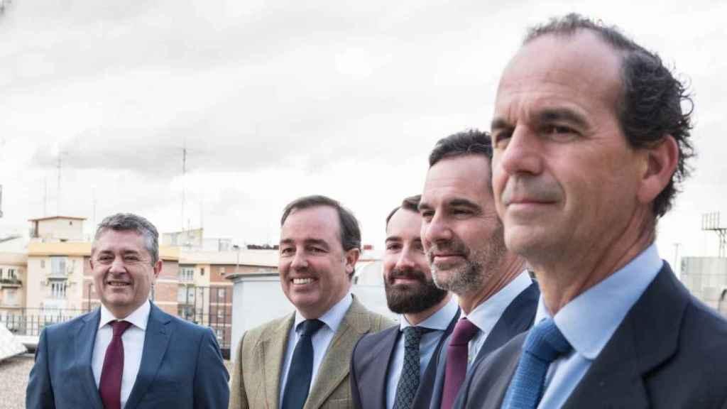 El equipo de La Muza cuando se registró la gestora, con Estanislao y Luis Urquijo en primer y segundo plano.