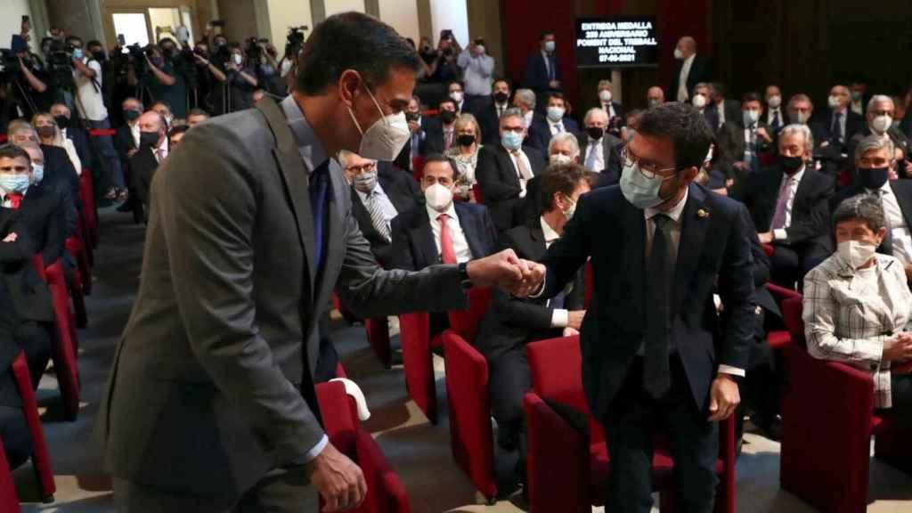 Pedro Sánchez y Pere Aragones se saludan durante un acto de Foment del Treball en Barcelona.
