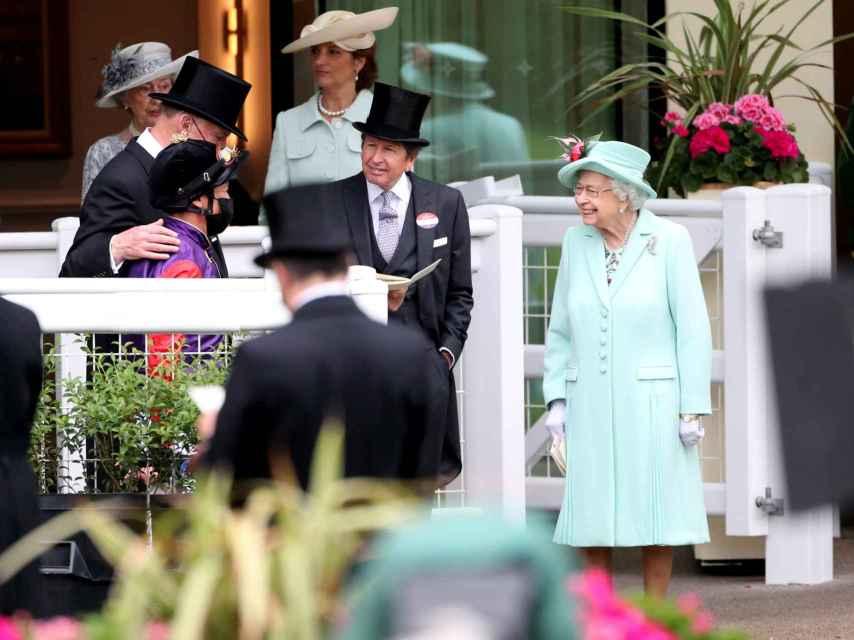 Isabel II, saludando a su llegada a las carreras de caballo Royal Ascot.