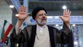 Ebrahim Raisí después de votar en las elecciones iraníes del viernes.