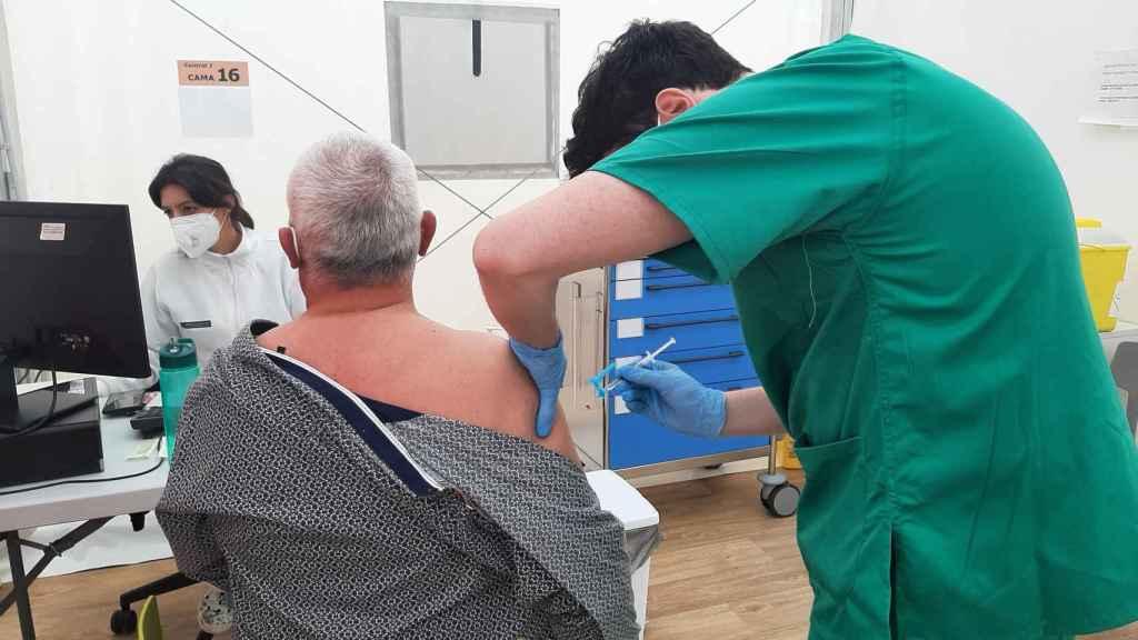 Un sanitario suministra una vacuna en la Comunidad Valenciana.