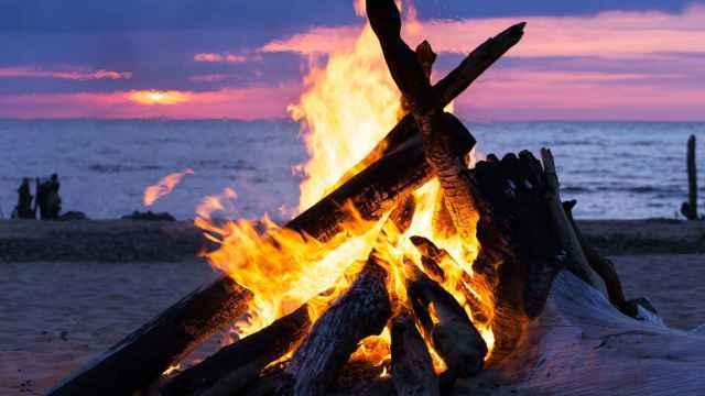 Una hoguera en la noche de San Juan.