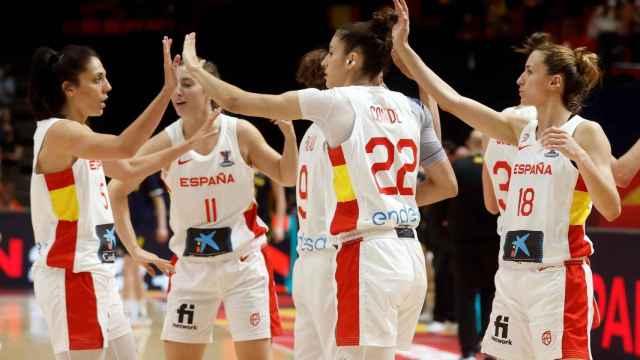 Las jugadoras de la selección española celebrando una canasta