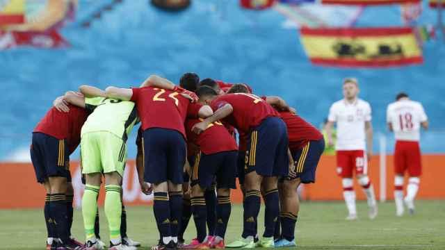 Los jugadores de la Selección se unen en corro antes del partido para motivarse