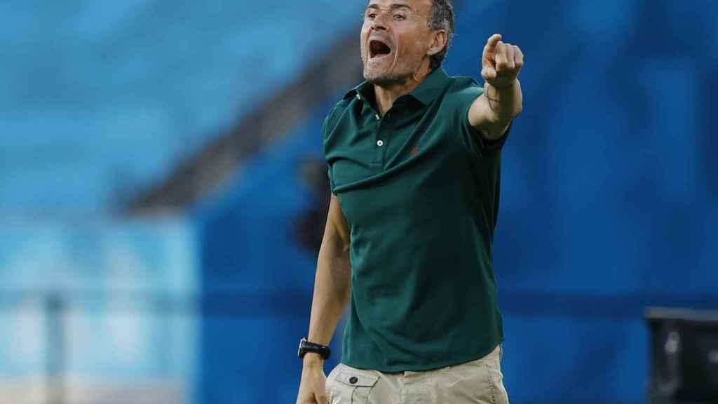 Luis Enrique da órdenes a los jugadores de la Selección desde el banquillo