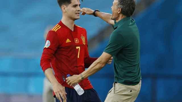 Álvaro Morata abraza a Luis Enrique tras marcar un gol a Polonia