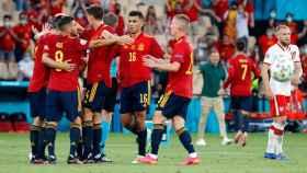 Los jugadores de la Selección celebran con Álvaro Morata su gol a Polonia