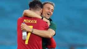 Álvaro Morata celebra con Luis Enrique su gol a Polonia