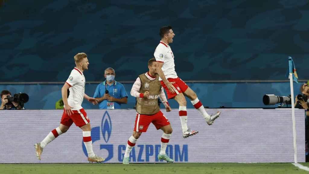 Robert Lewandowski celebra su gol a España