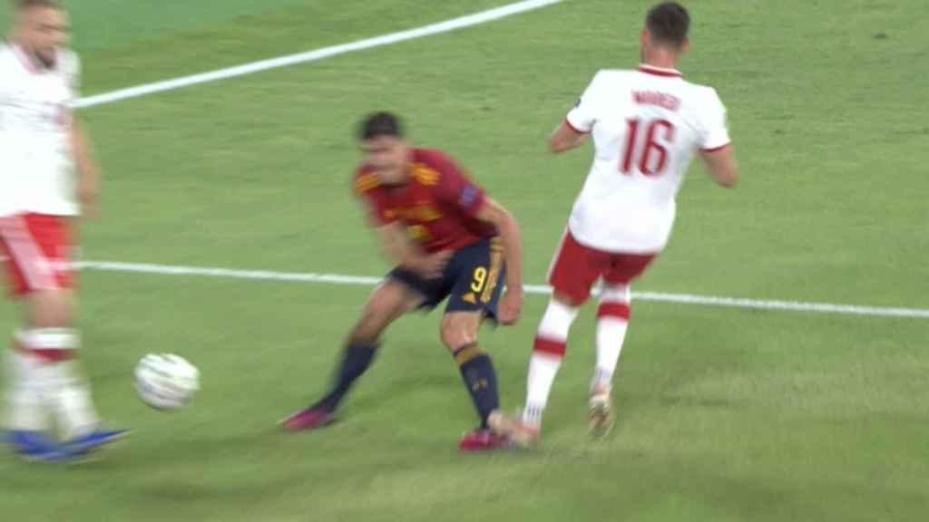 Moder pisa a Gerard Moreno en el área de Poloni y el árbitro pita penalti