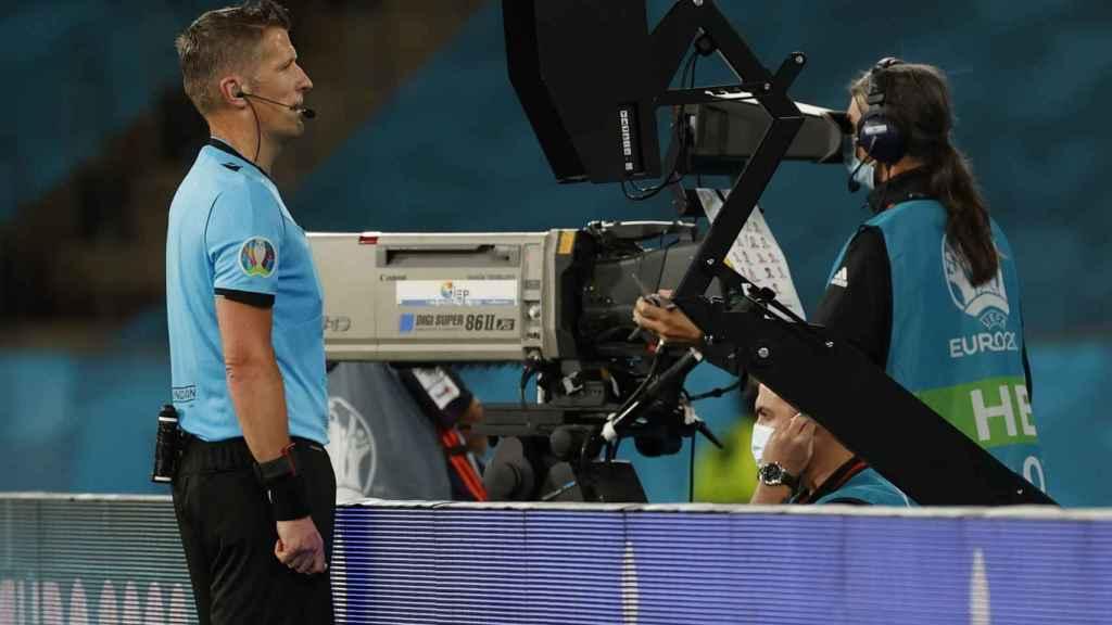 Daniele Orsato mira el penalti a Gerard Moreno en la pantalla del VAR