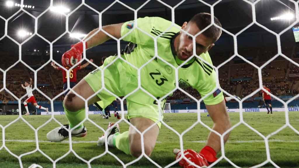 Unai Simón se levanta del suelo tras el gol de Robert Lewandowski