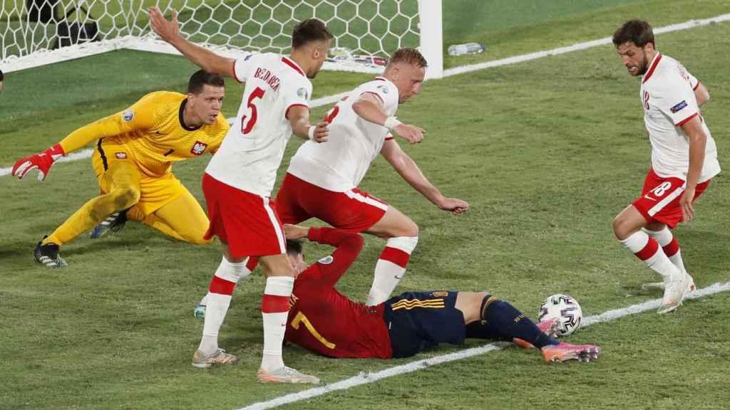 Álvaro Morata intenta rematar el balón desde el suelo