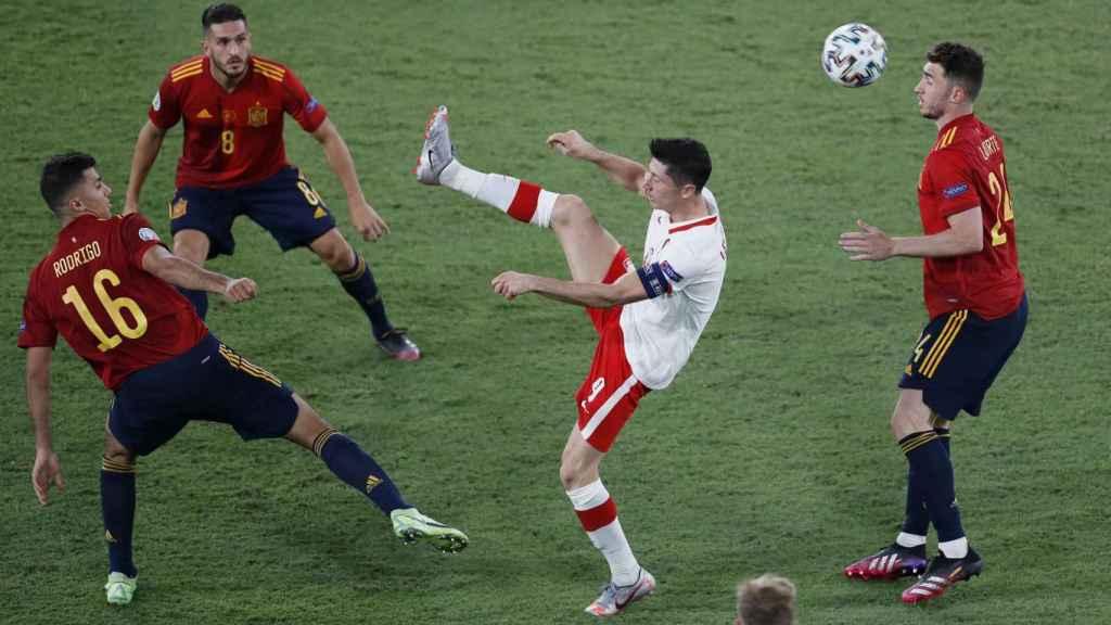 España pelea un balón en el centro del campo