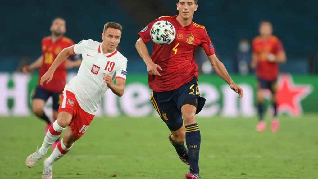 Pau Torres durante el partido de España contra Polonia