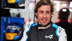 Fernando Alonso en el box de Alpine en Francia