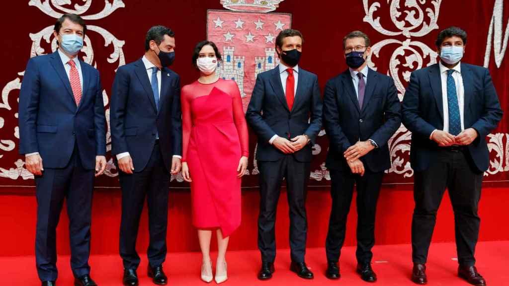 Isabel Díaz Ayuso posa junto al resto de barones autonómicos del PP tras su toma de posesión.