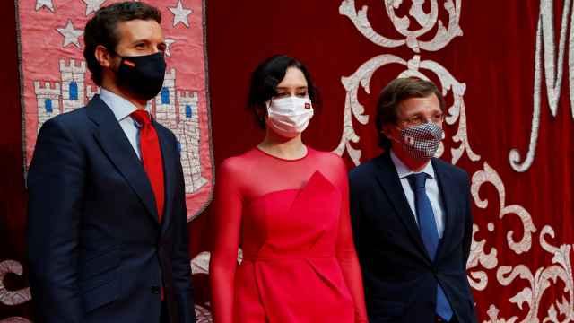 Isabel Díaz Ayuso (C) junto con el presidente del PP, Pablo Casado y el alcalde de Madrid, José Luis Martínez-Almeida.