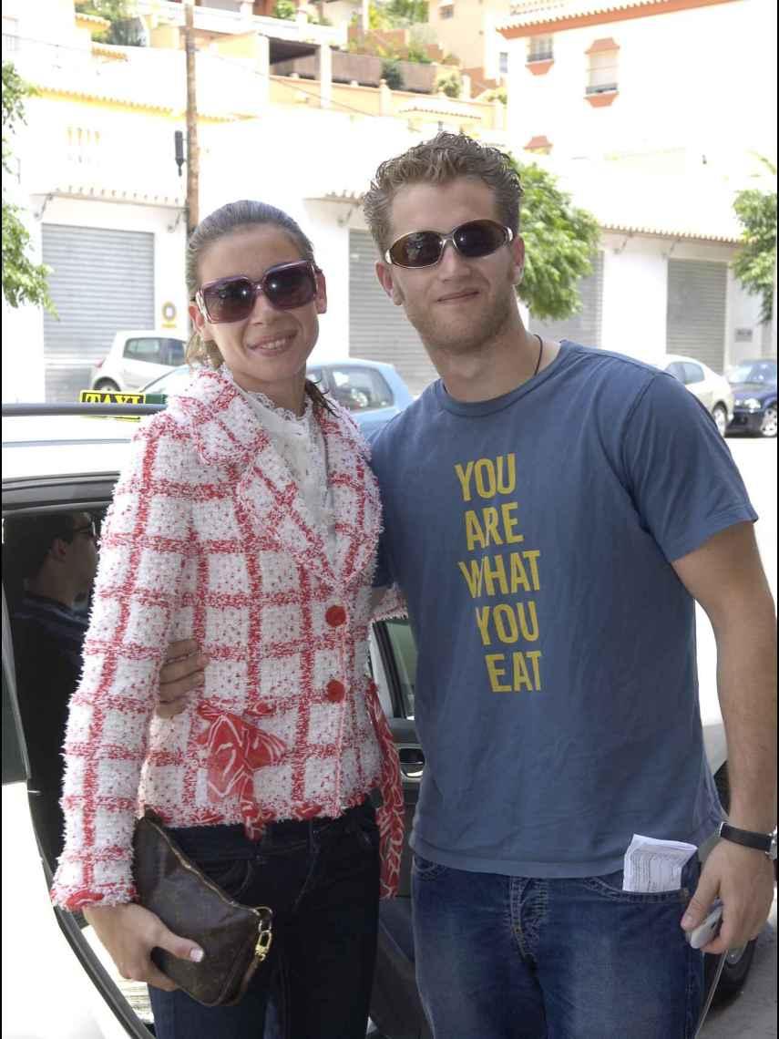 Aviv Miron junto a Alba Santana en vísperas de su boda en Marbella en junio de 2006.