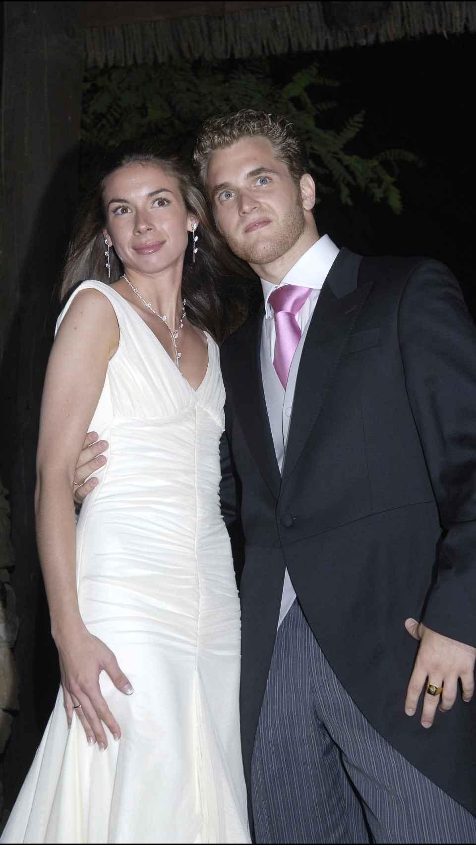 Alba Santana, vestida de Victorio & Lucchino, junto a su marido, Aviv Miron, el día de su boda.