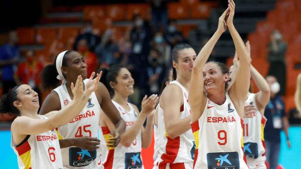 Las jugadoras de la selección española femenina de baloncesto celebran una victoria