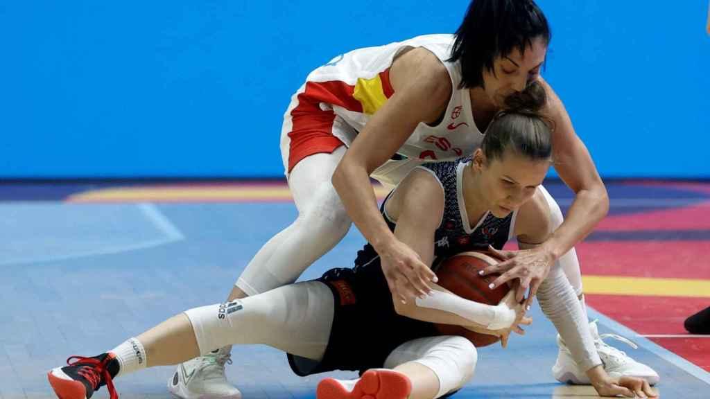 Cristina Ouviña, jugadora de España, pelea un balón ante Eslovaquia en el Eurobasket femenino