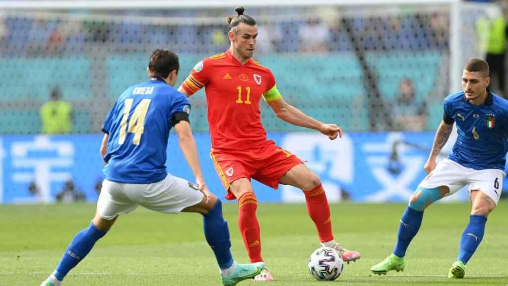 Gareth Bale juega un balón en el Italia - Gales