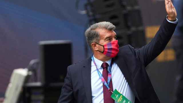 Saludo de Joan Laporta a su llegada a la Asamblea de Compromisarios del FC Barcelona de 2021