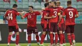 Los jugadores de la selección de Suiza celebran el gol de Xherdan Shaqiri en la Eurocopa 2020