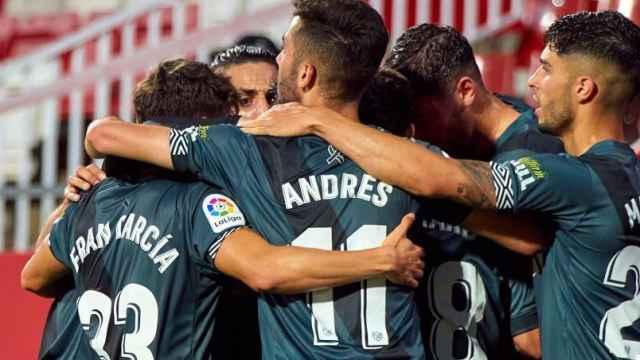 Piña de los jugadores del Rayo Vallecano en la final para ascender a Primera División