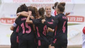 Las jugadoras del Real Madrid Femenino celebra un gol ante el Santa Teresa