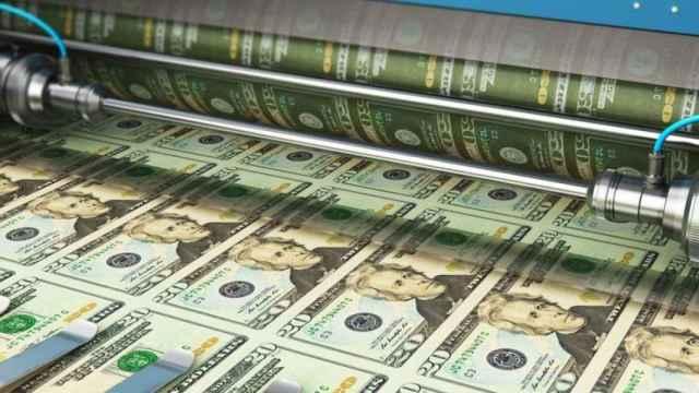Un rodillo de impresión de billetes de dólar.