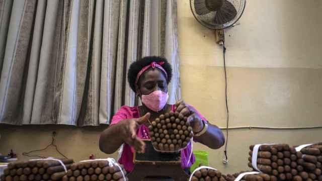 Una mujer ordena puros en una fábrica de La Habana, Cuba.