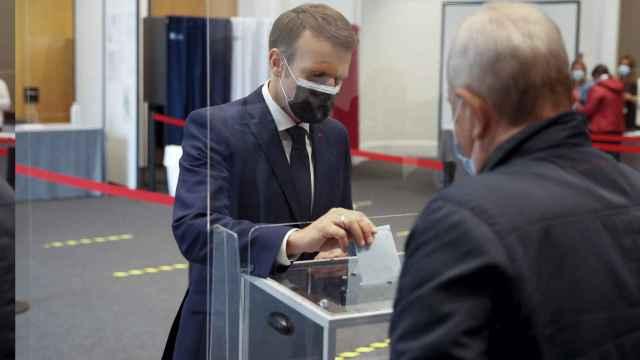 El presidente de Francia, Emmanuel Macron, acudiendo a votar este domingo.