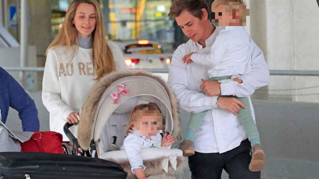 Carlos Baute y Astrid Klisans, con sus dos hijos mayores.