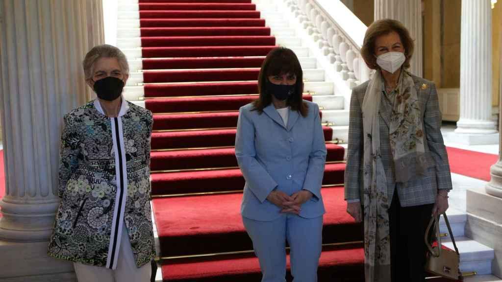 La reina Sofía junto a la presidenta del país, Katerina Sakellaropoulou, y su hermana Irene de Grecia.